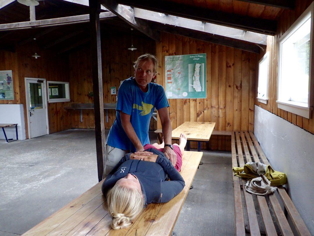 Vansinnigt ont i kroppen = tysk kiropraktikbehandling på träbänk.